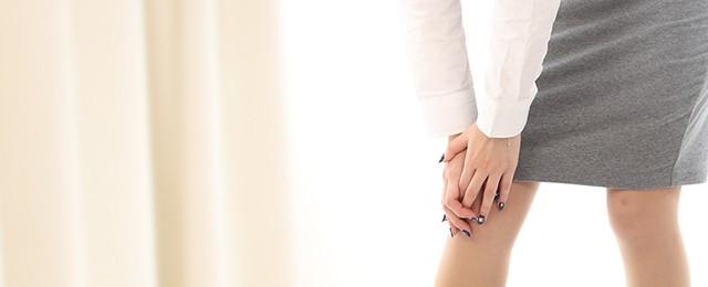 変形性膝関節症(膝痛)でつらそうにしている女性