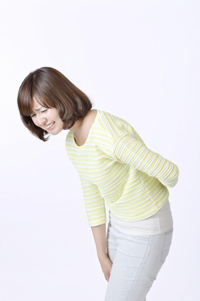 変形性股関節症でつらそうにしている女性