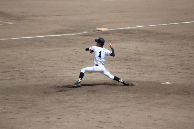 野球をしている男性