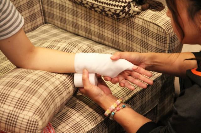 手根管症候群でつらそうにしている女性